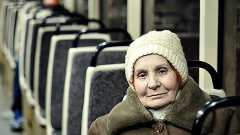 пожилая женщина в трамвае