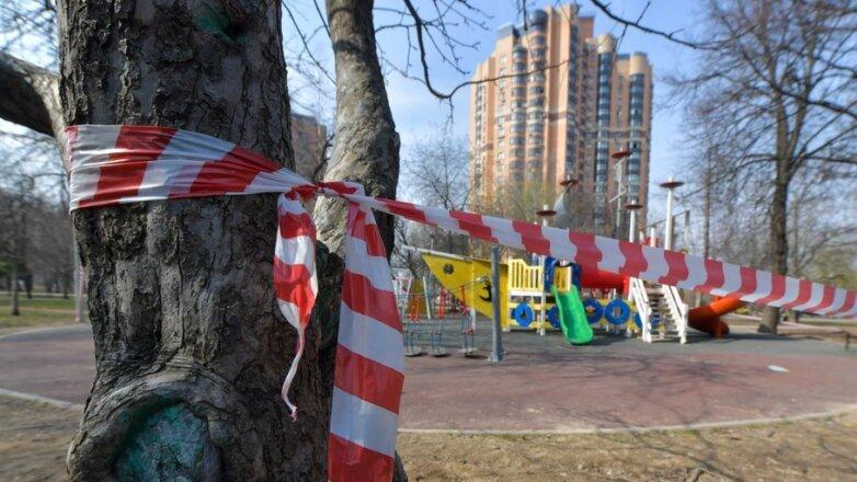 Детская площадка и лента.