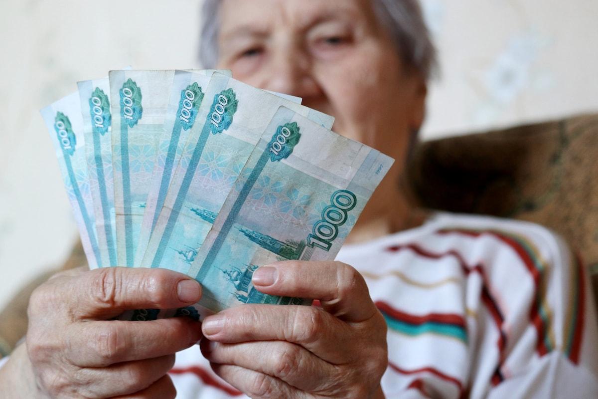 Пожилая женщина получила пенсию