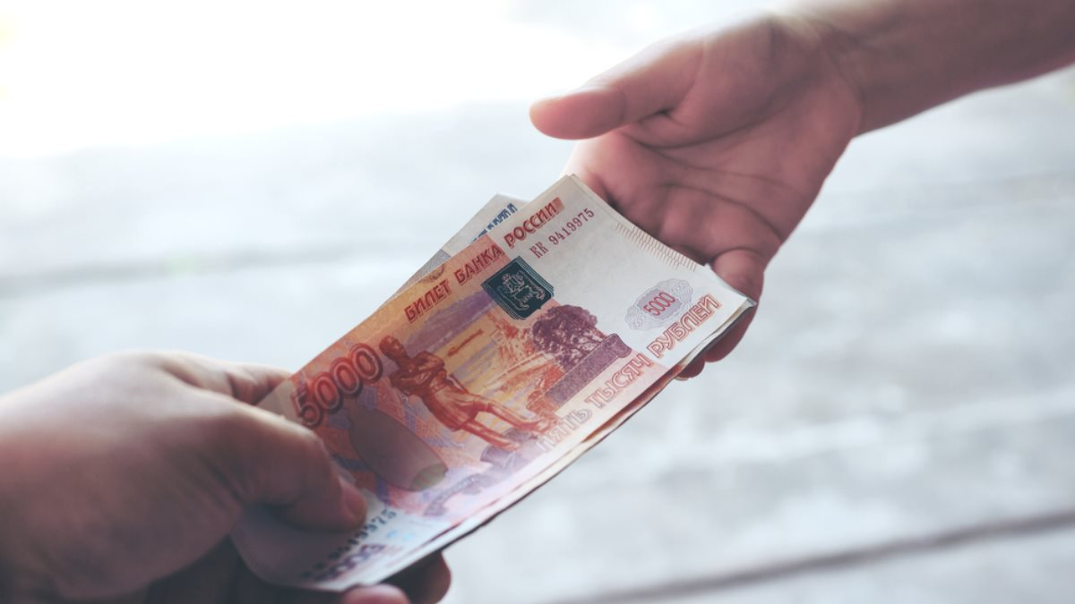 Передача денег из рук в руки рубли