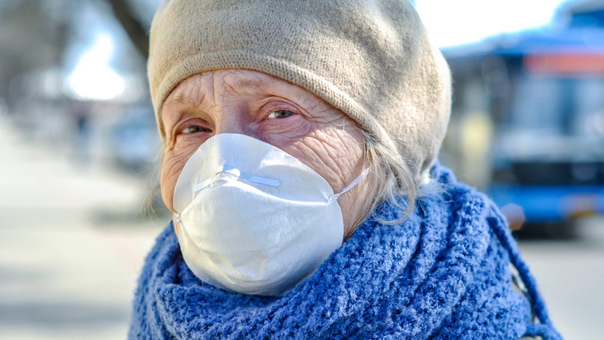 Пенсионерка в медицинской маске коронавирус