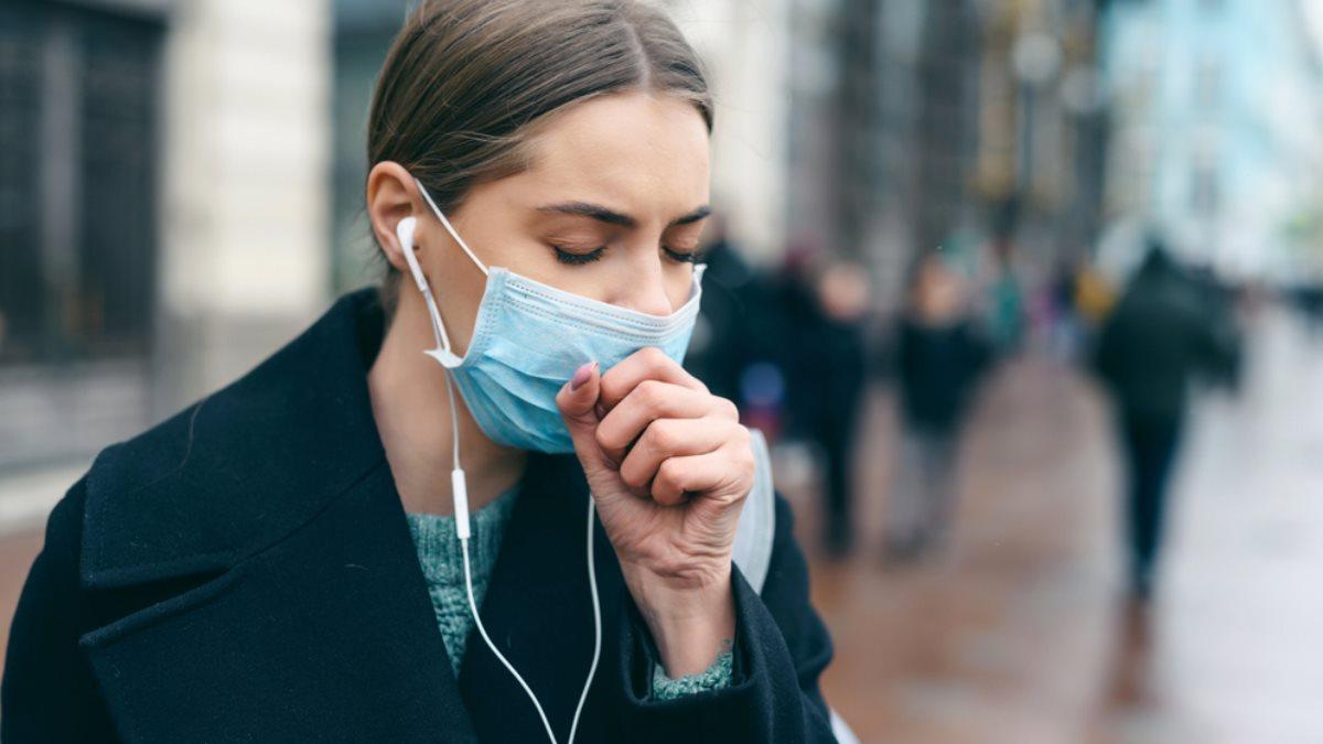 Медицинская маска кашель коронавирус женщина на улице