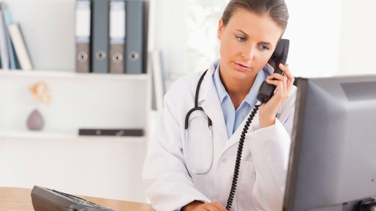 Доктор врач говорит по телефону регистратура запись