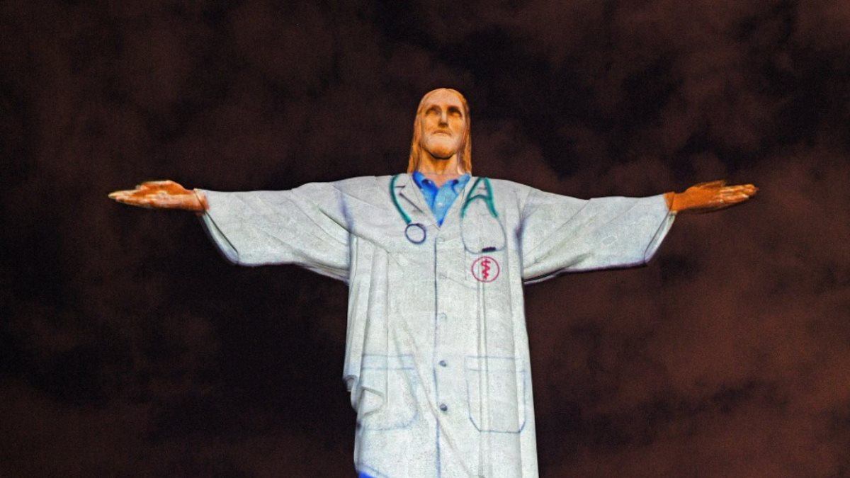 Статуя Христа-Искупителя в Рио-де-Жанейро Бразилия облачили в медицинский халат