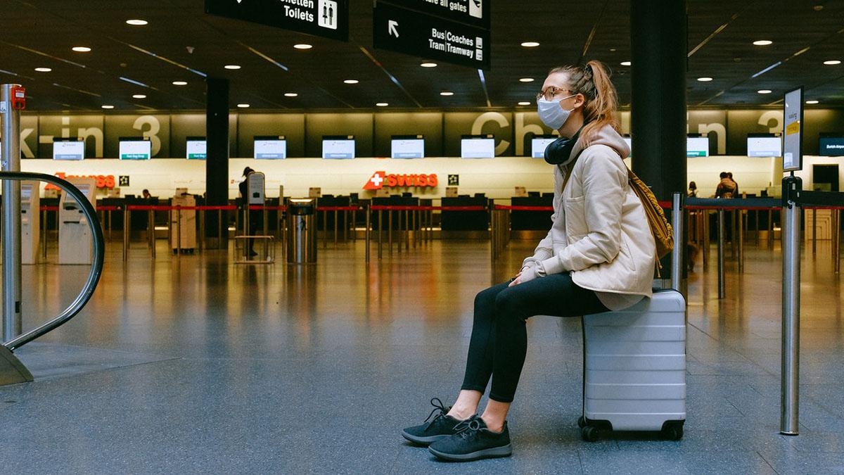 Аэропорт Путешествия Перелёты Девушка на чемодане