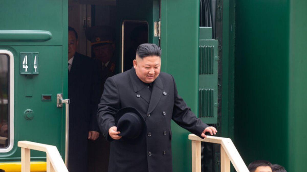 Лидер КНДР Ким Чен Ын у своего бронепоезда 1200-675