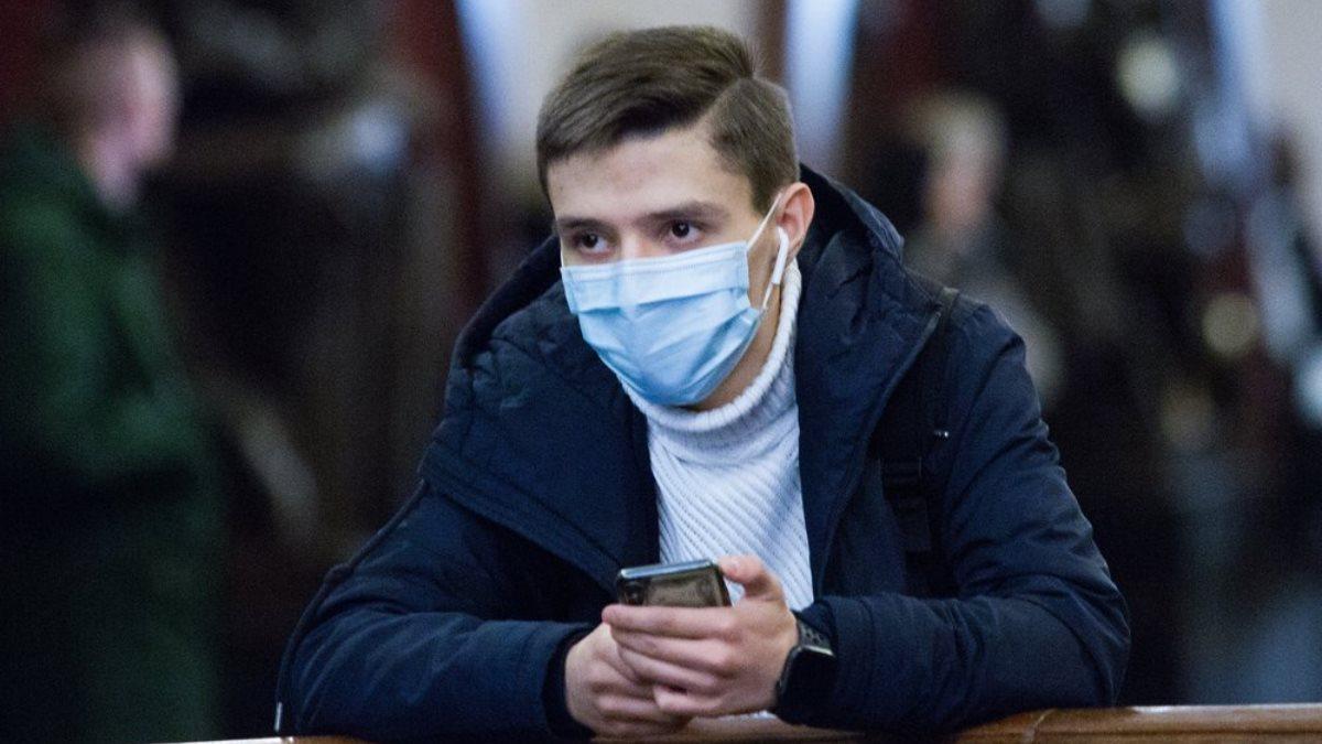 Коронавирус молодой человек в маске метро