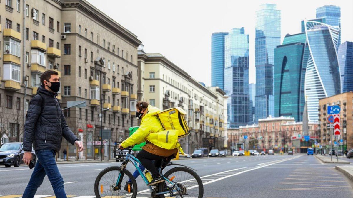 Коронавирус Москва-Сити улица поддержка граждан и экономики Яндекс Еда доставка еды курьер