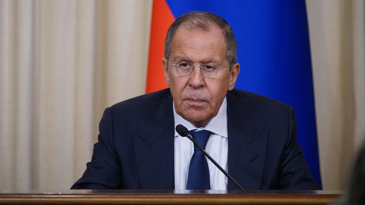 Министр иностранных дел Сергей Лавров слушает