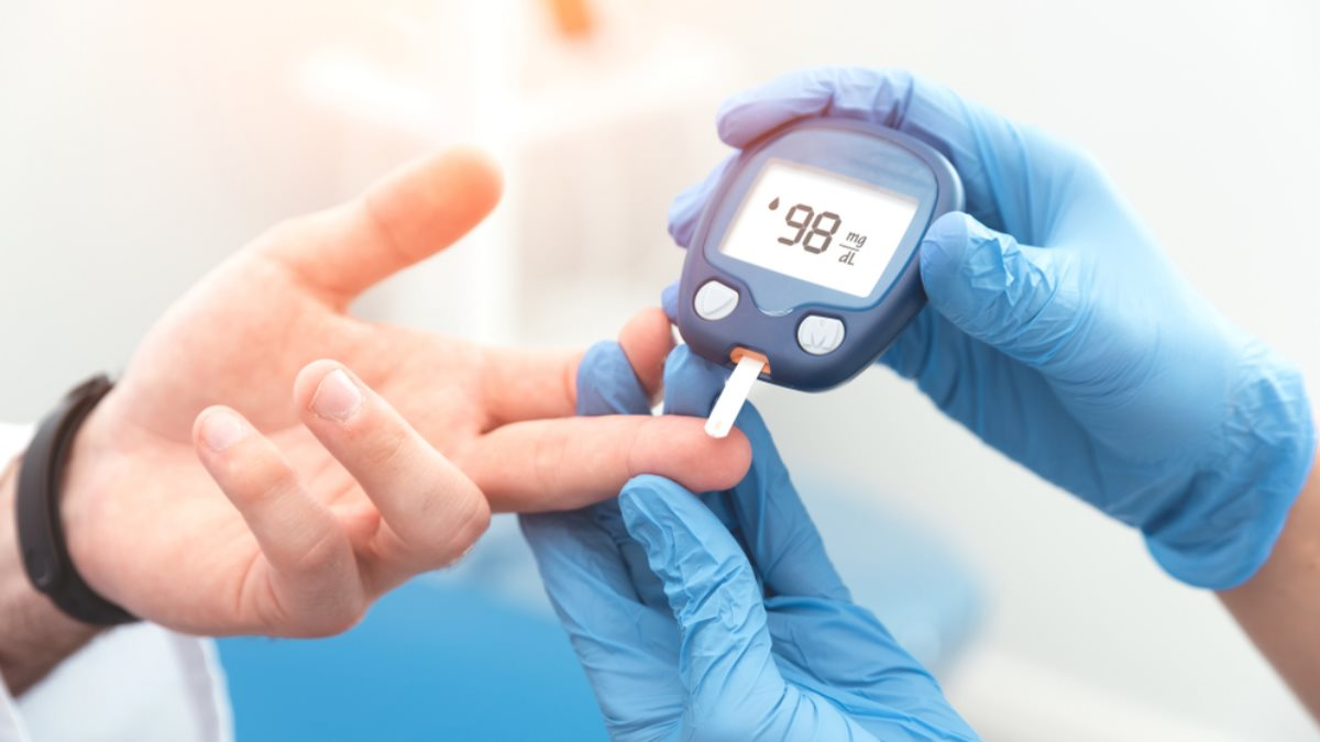 Диабет глюкометр рука врач перчатки кровь сахар в крови