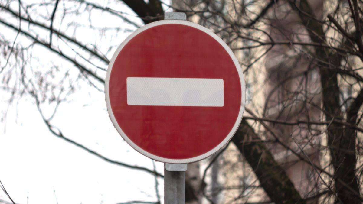Дорожный знак кирпич проезд запрещён движение запрещено