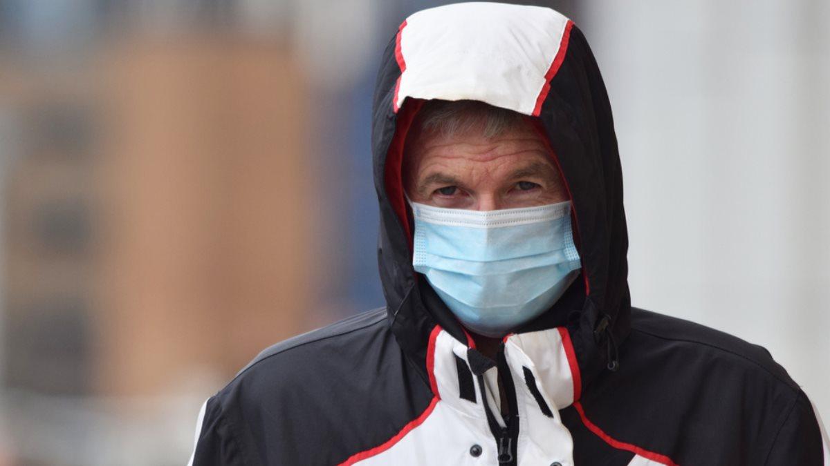 Пожилой мужчина в медицинской маске коронавирус