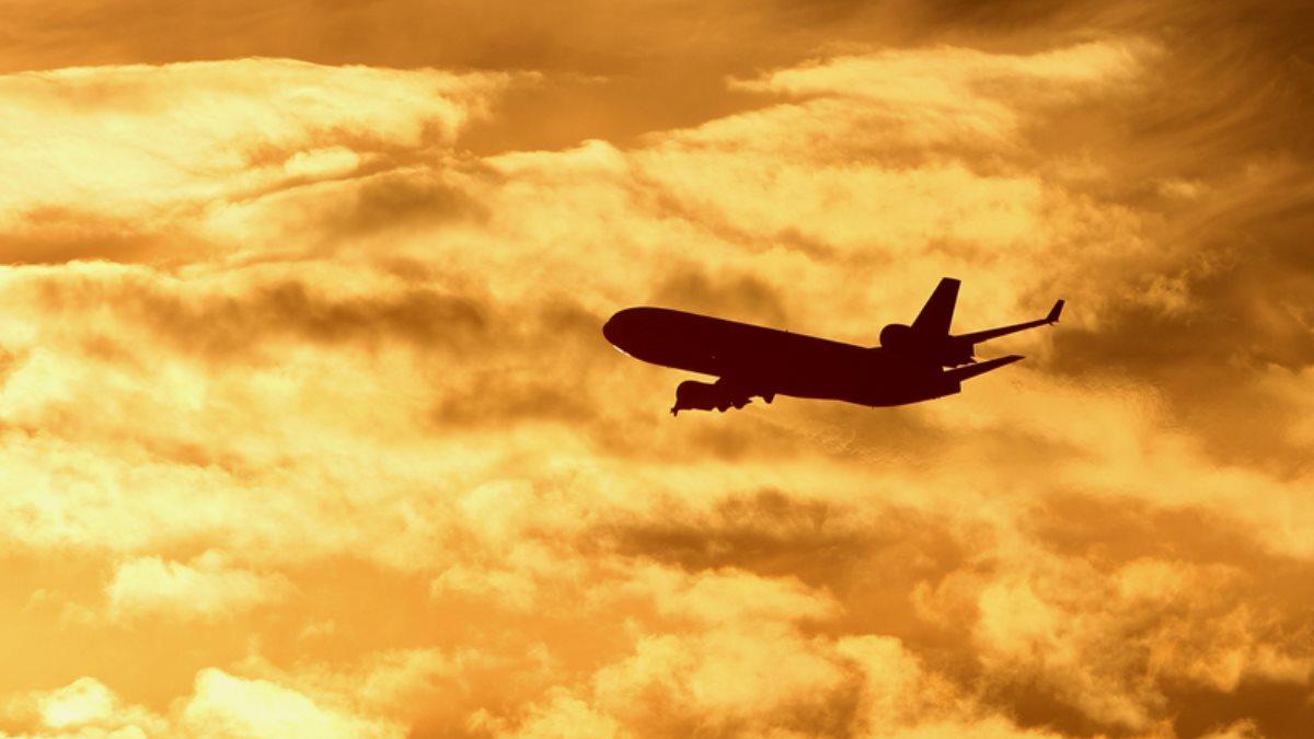 Силуэт пассажирского самолёта в небе три