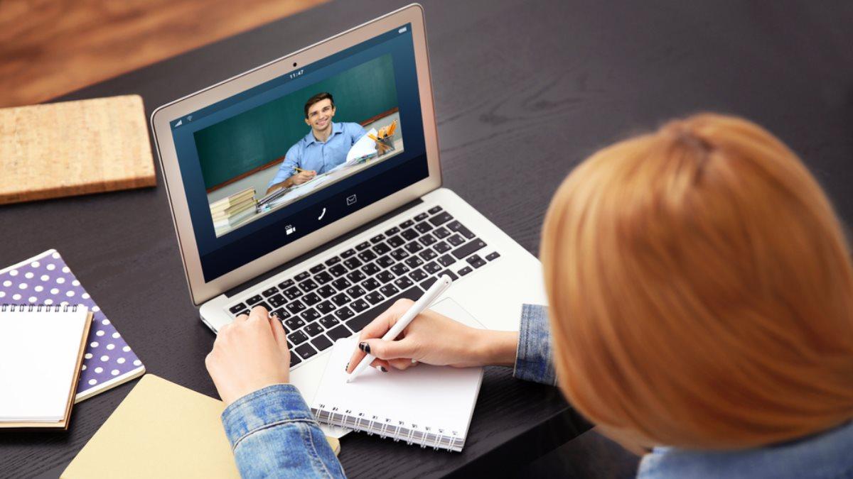 Дистанционное обучение онлайн образование девушка студентка