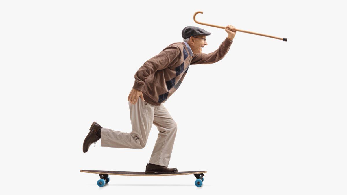 Спорт омоложение здоровый образ жизни дедушка пожилой на скейтборде