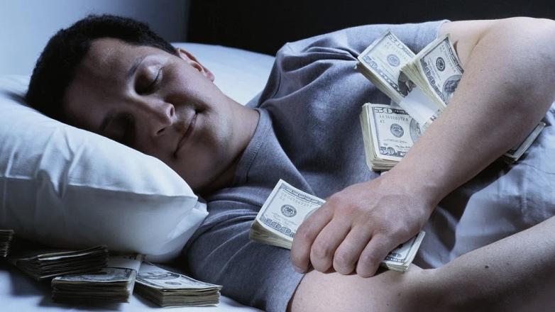 спит с деньгами