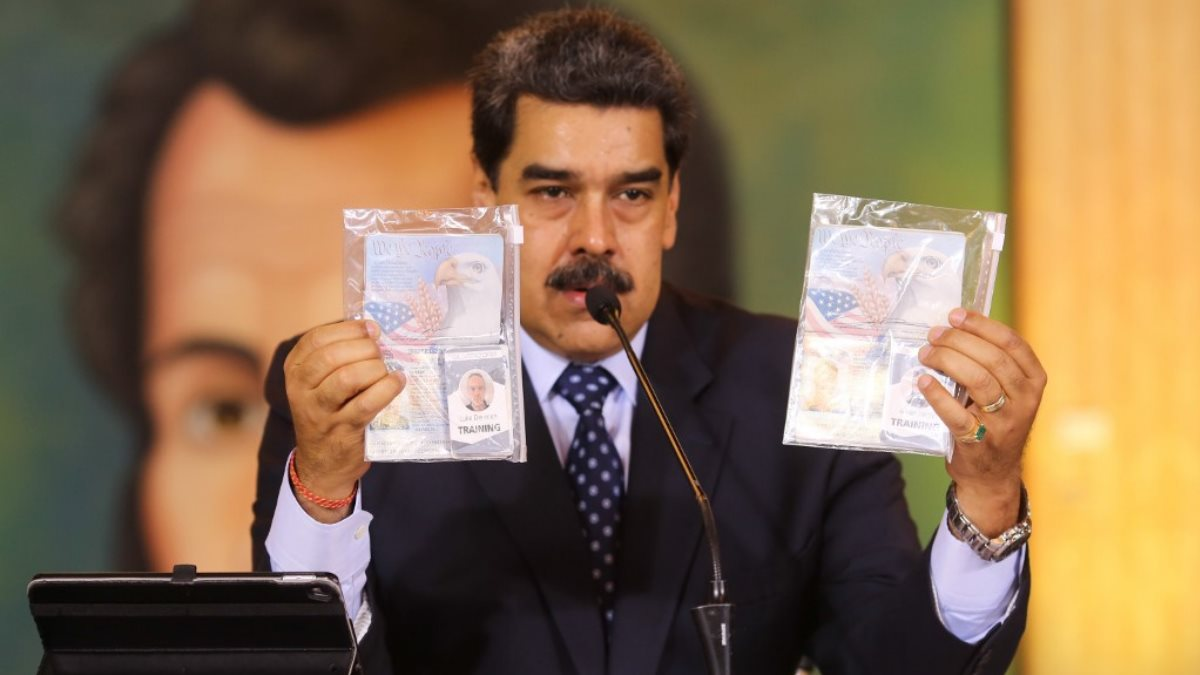 Николас Мадуро демонстрирует документы задержанных при попытке вторжения в Венесуэлу