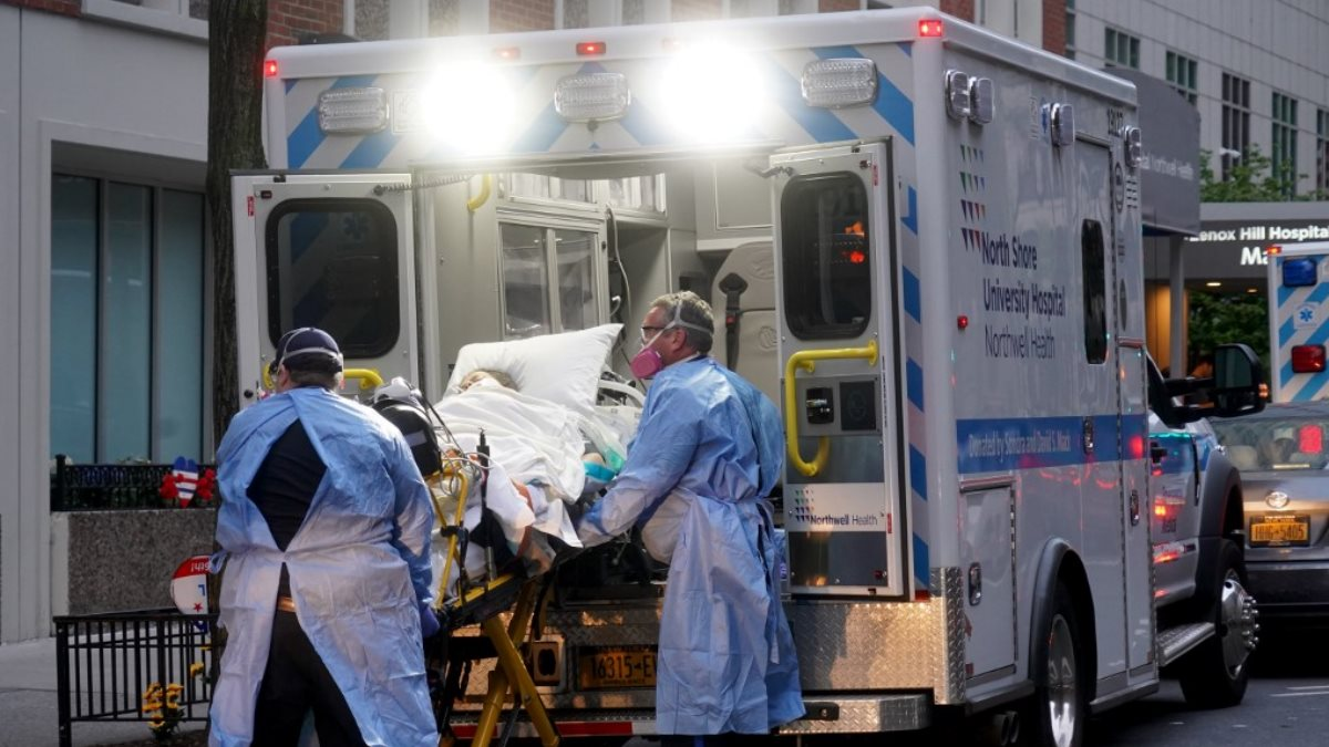 США коронавирус скорая помощь пациент каталка близко