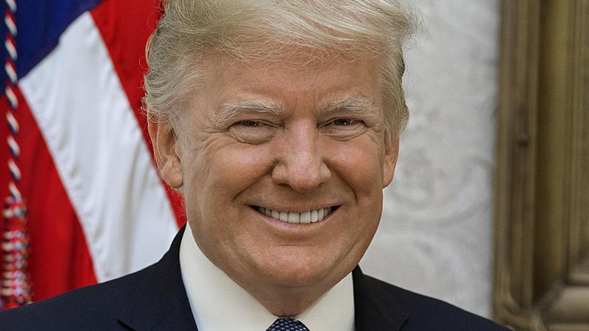Дональд Трамп улыбается