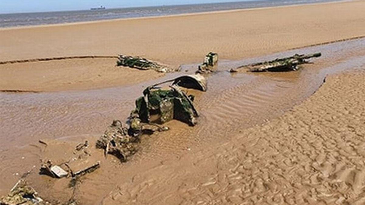 Обломки истребителя на пляже