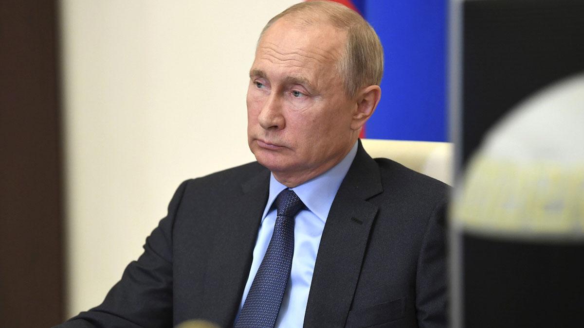 Владимир Путин смотрит в сторону