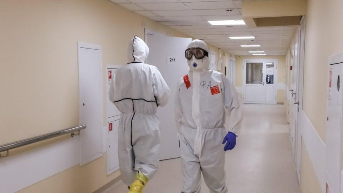 Коронавирус Больница врачи коридор спецодежда