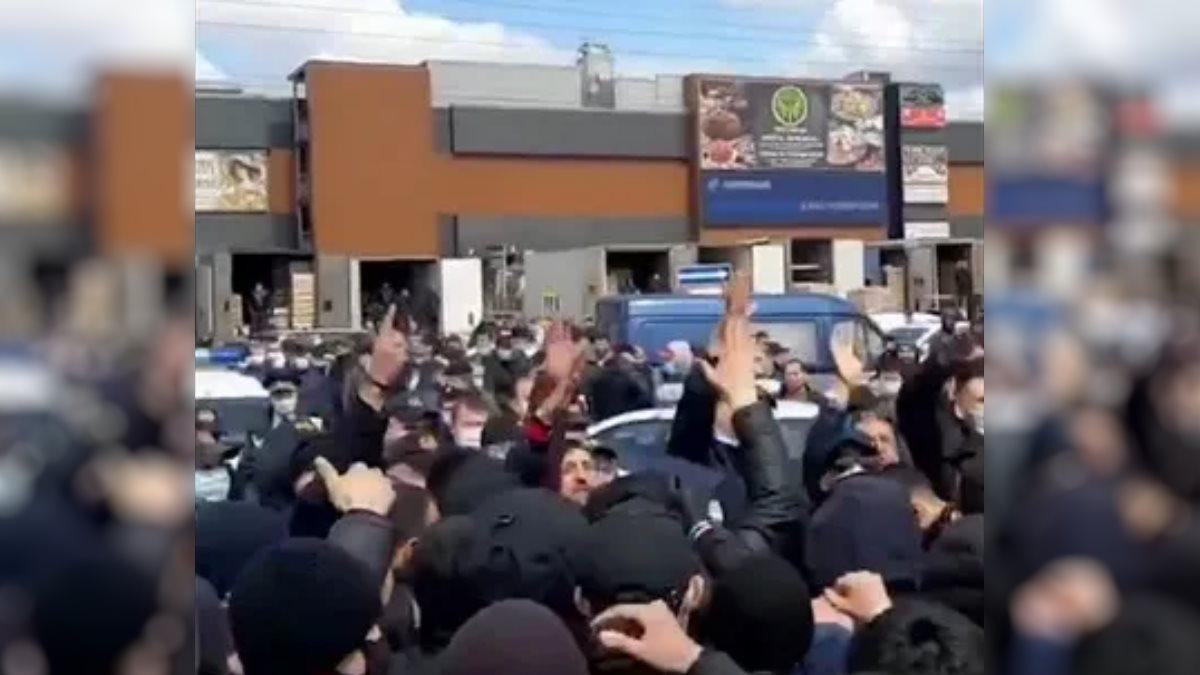Мигранты устроили массовый сход возле Фуд Сити в Москве