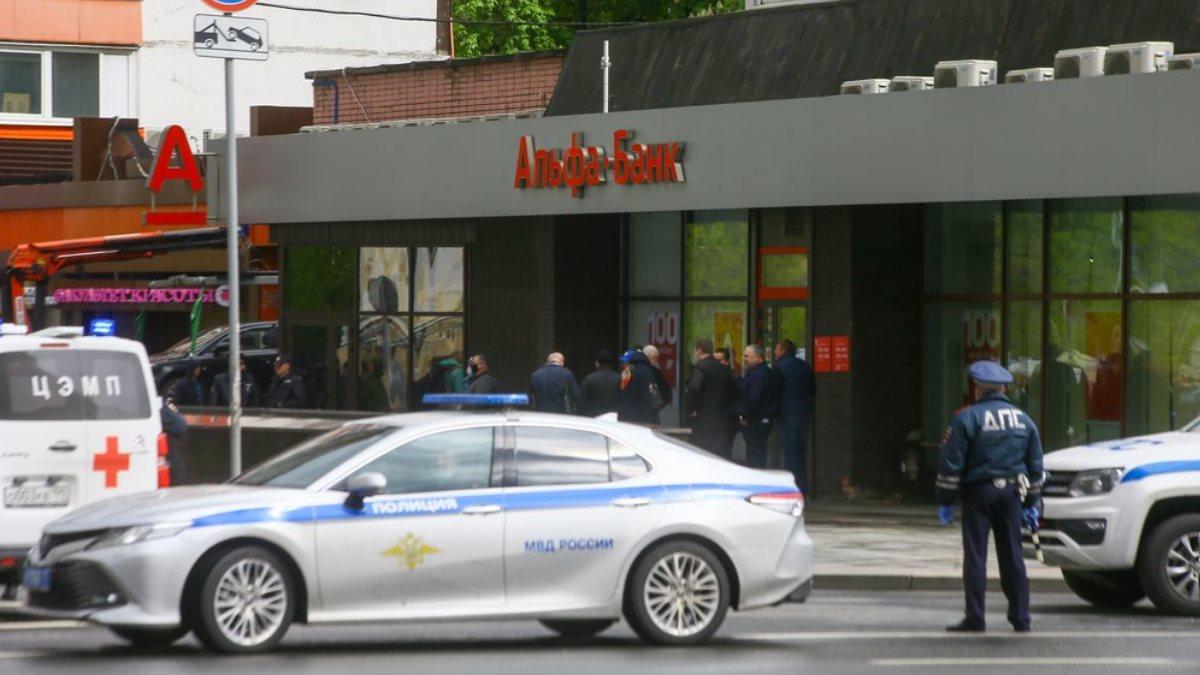 Полиция у отделения Альфа-банка где мужчина захватил заложников два