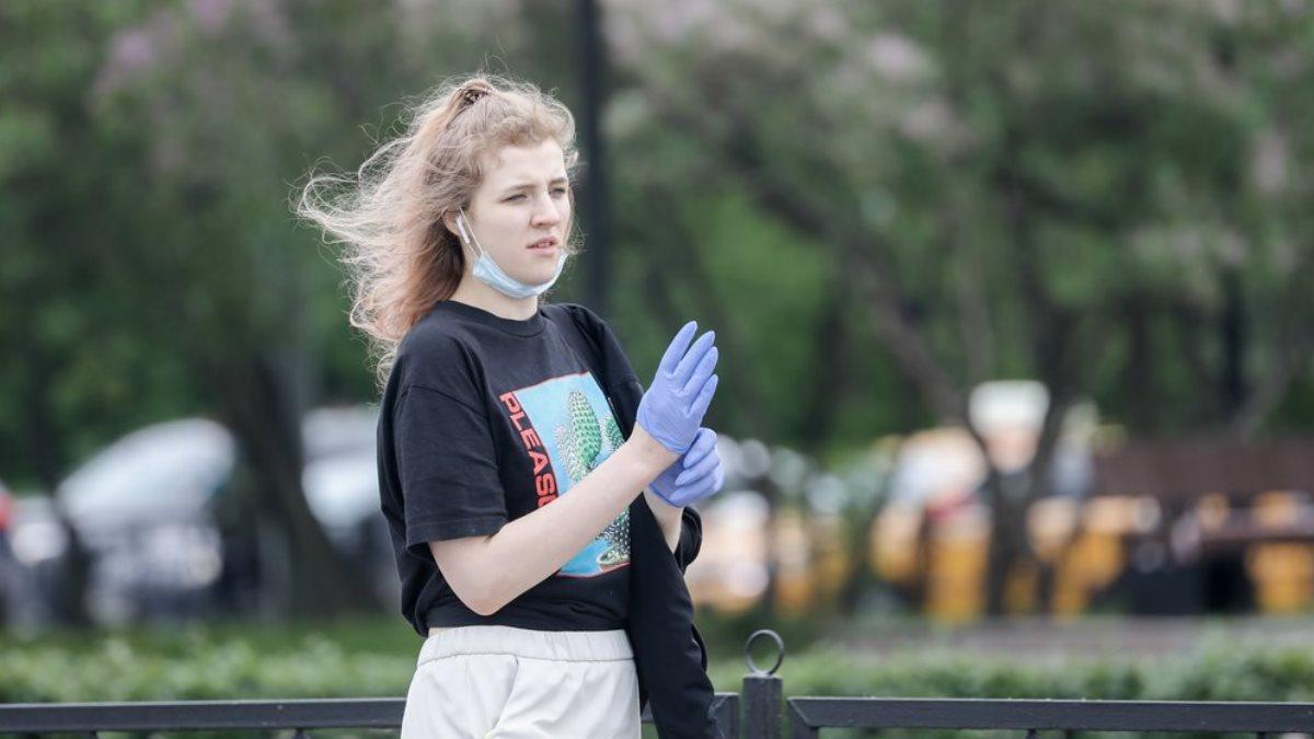 Прогулка коронавирус маска перчатки улица девушка три