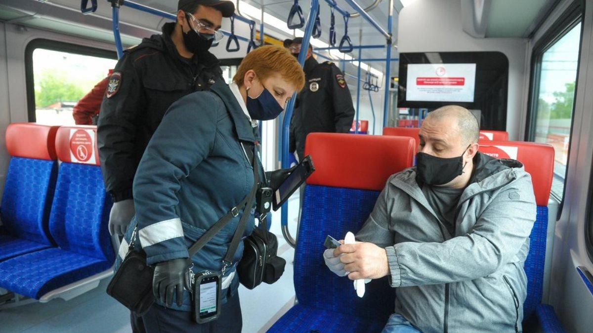 Коронавирус Проверка маска перчатки пассажир пригородный электропоезд