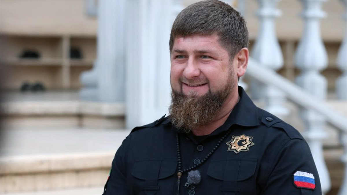 Глава Чеченской Республики Рамзан Кадыров улыбается светлый фон