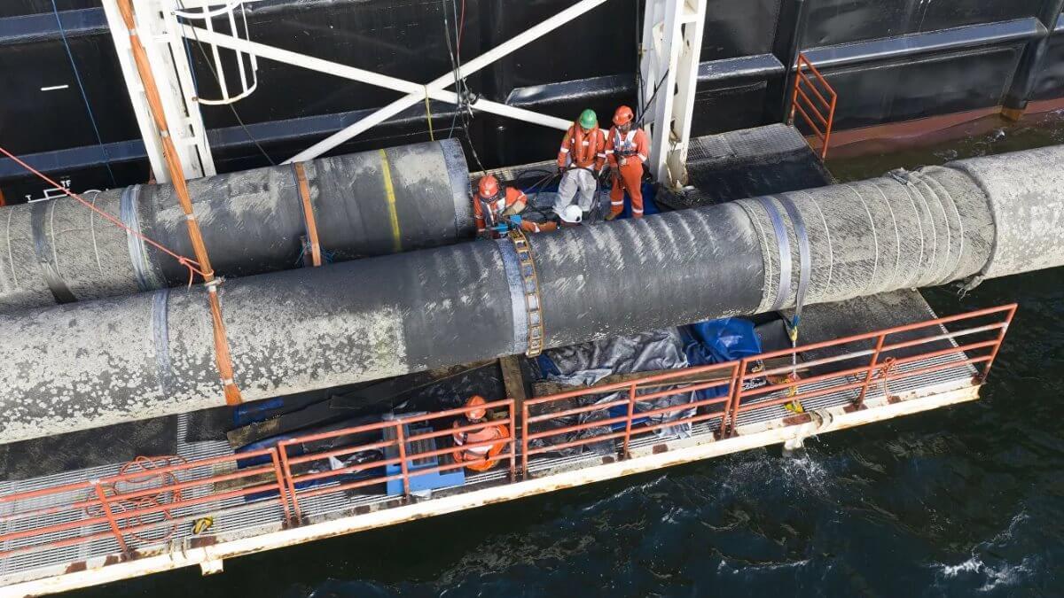 Трубопровод Северный поток-2 трубоукладчик близко