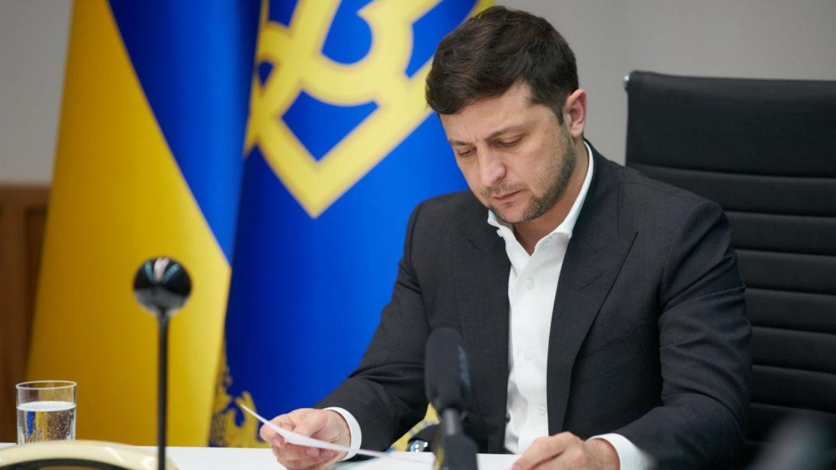 Владимир Зеленский смотрит документы бумаги