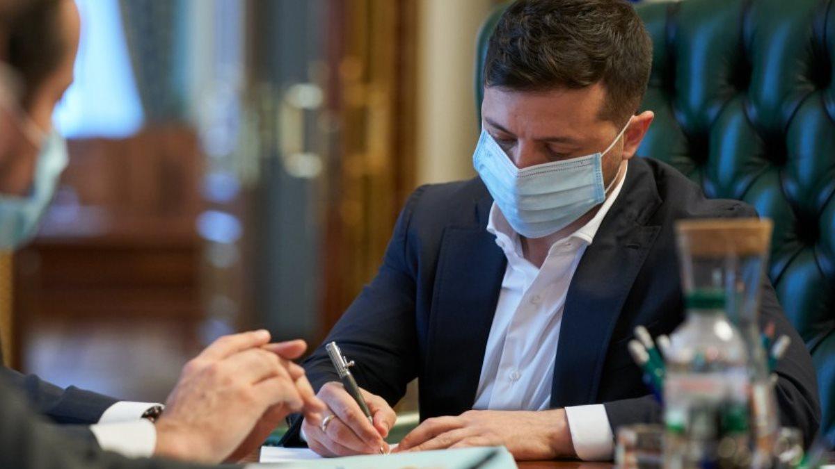 Владимир Зеленский коронавирус подписывает один