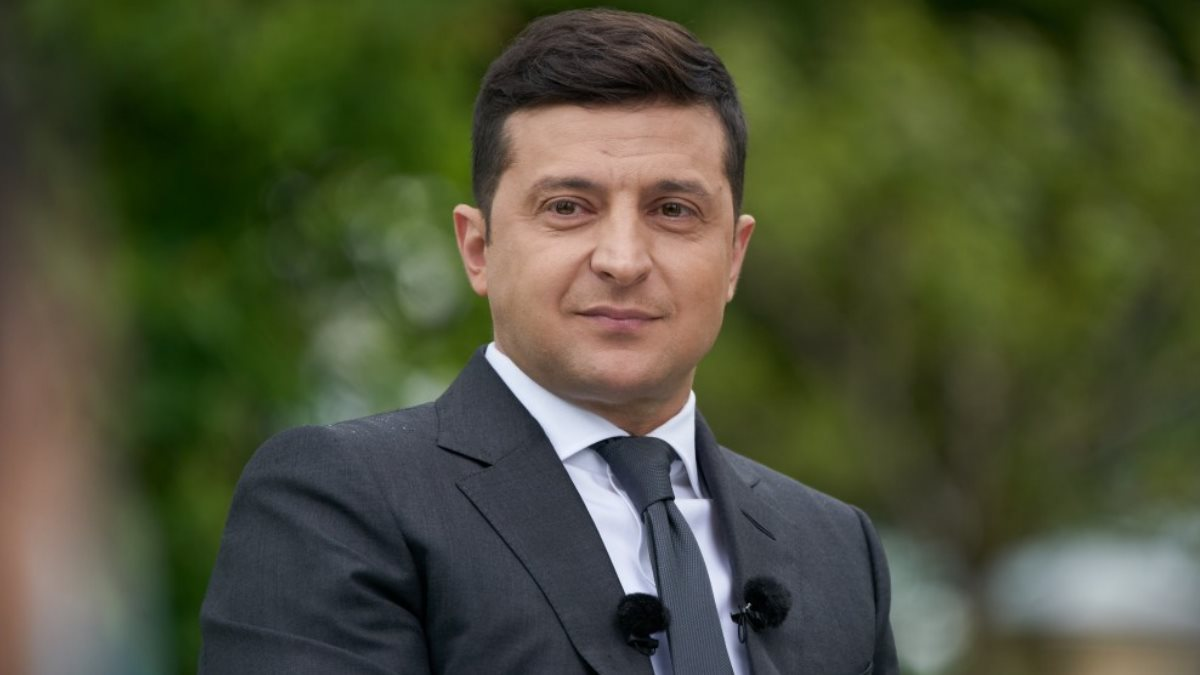 Владимир Зеленский улыбается зелёный фон