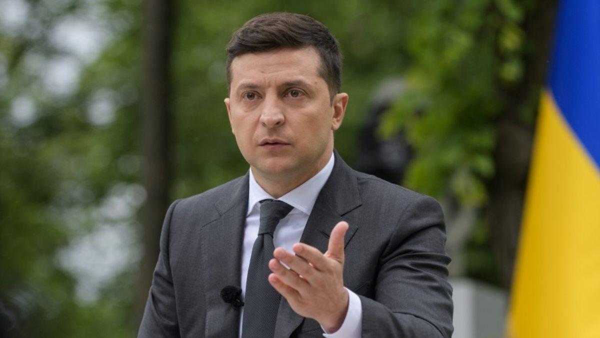 Владимир Зеленский жестикулирует