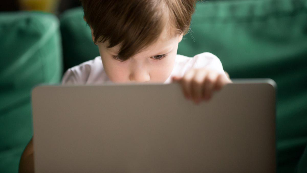 Ребёнок с ноутбуком интернет безопасность