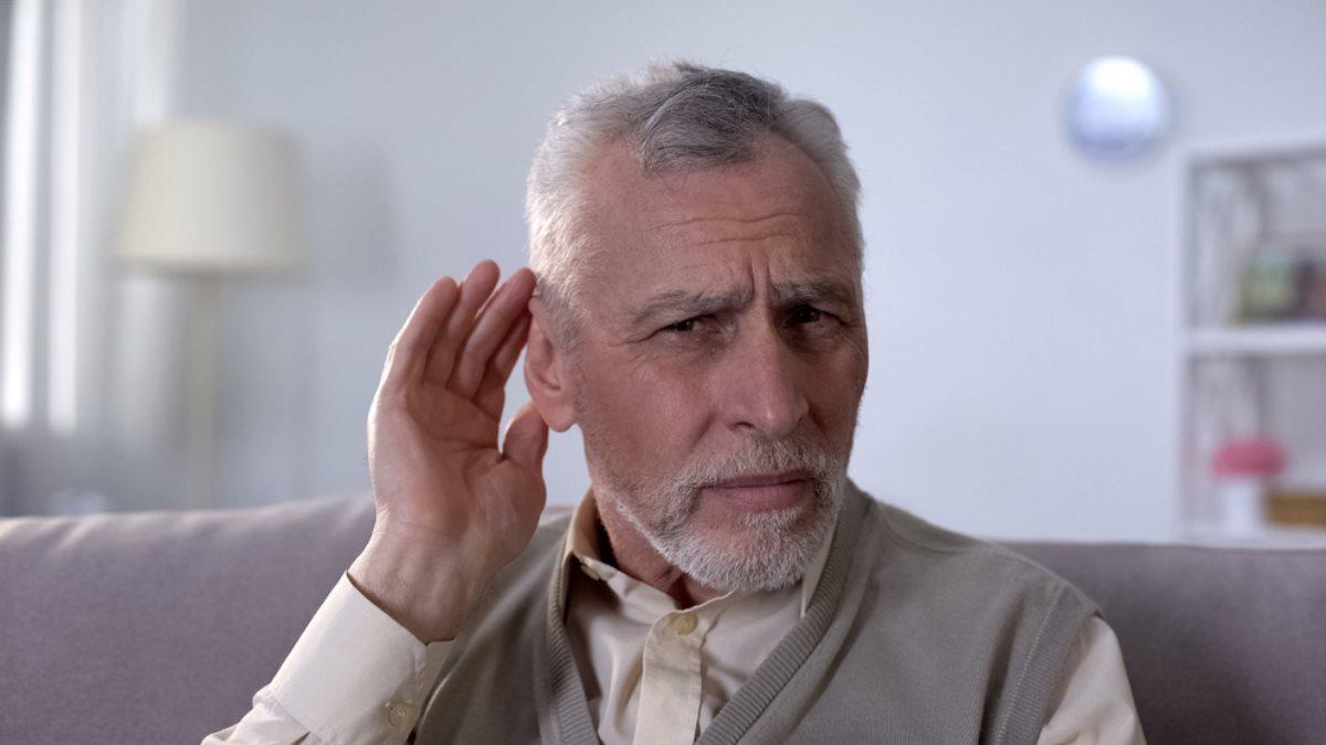 Здоровье старик пожилой пенсионер проблемы со слухом плохо слышит ухо уши посторонние звуки