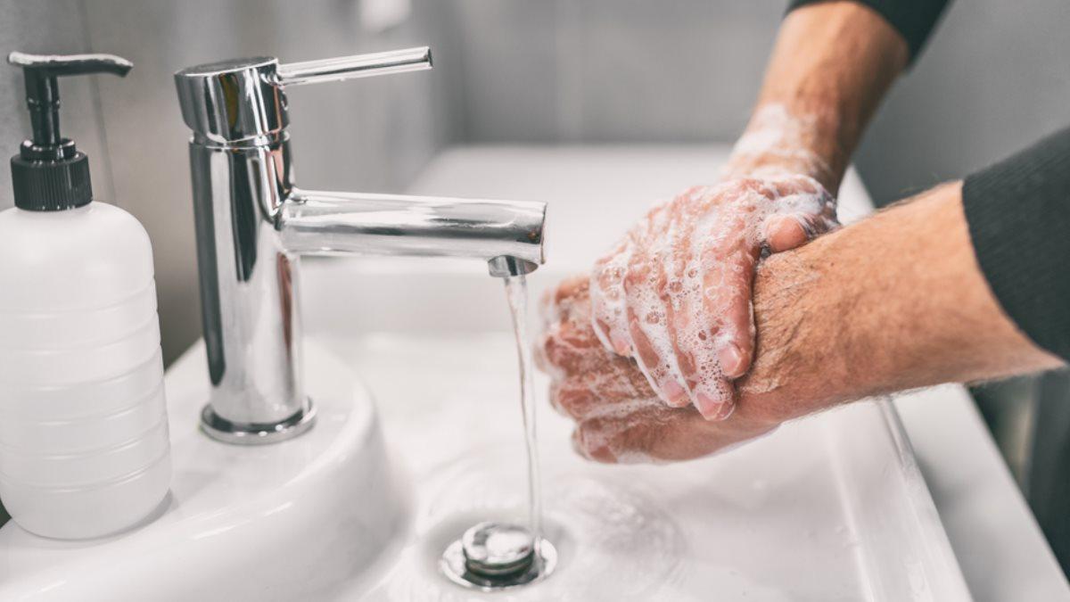 Мыть руки с мылом
