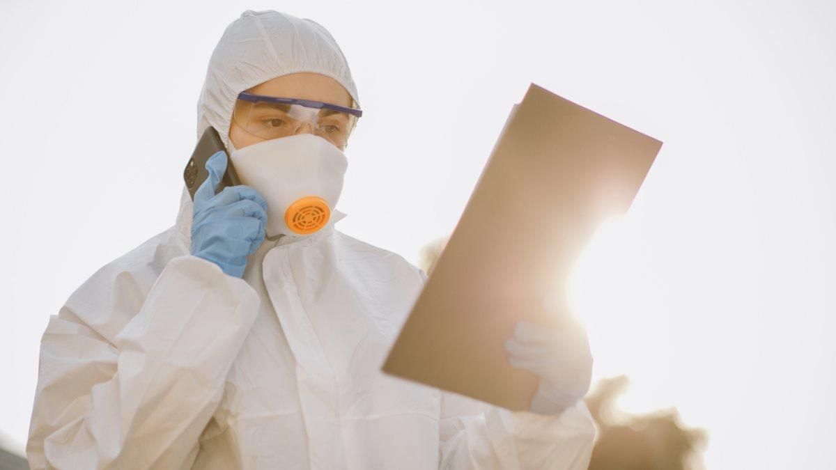 Коронавирус спецодежда врач вирусолог солнце