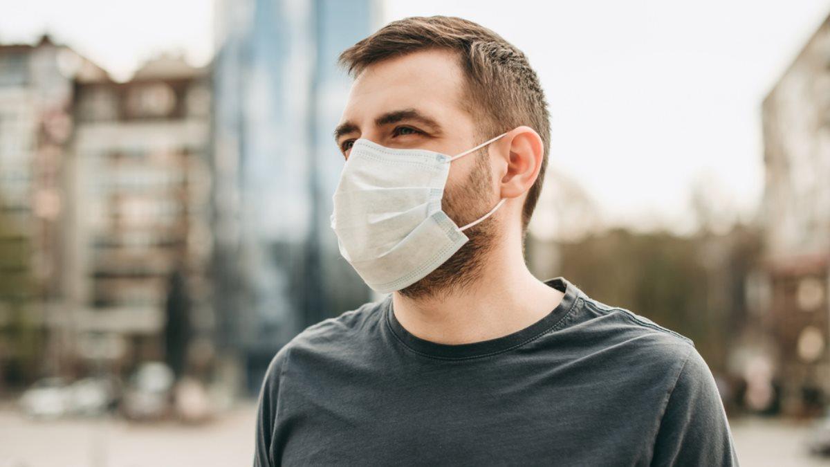 Коронавирус маска лето солнечный день солнце тёплая погода улица парень