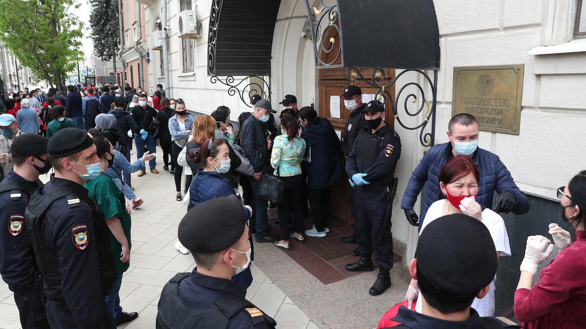 Граждане Киргизии у посольства в Москве