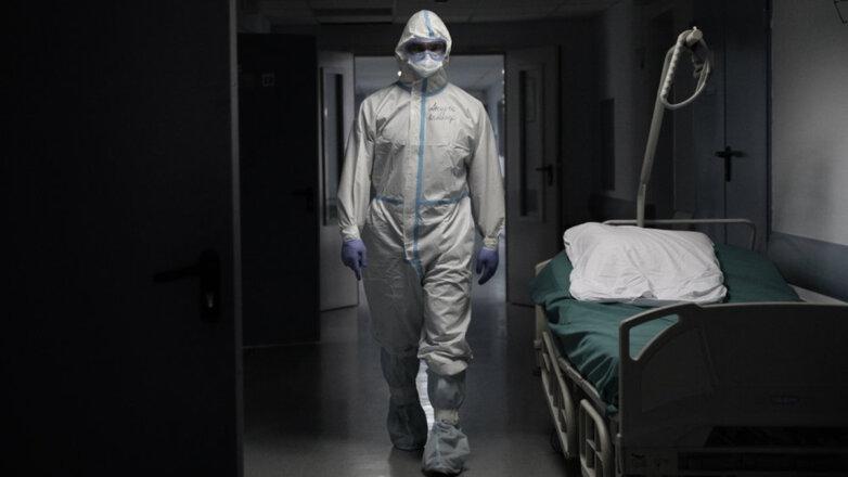 Врач идет по коридору во время пандемии