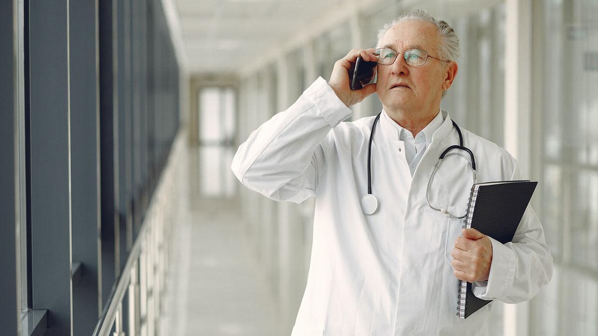 Доктор врач пожилой человек