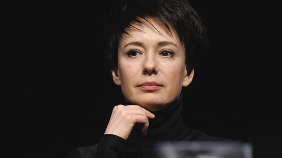 Актриса Чулпан Хаматова чёрный фон