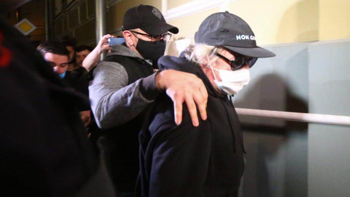 Актер Михаил Ефремов, доставленный по месту прописки для отбывания домашнего ареста