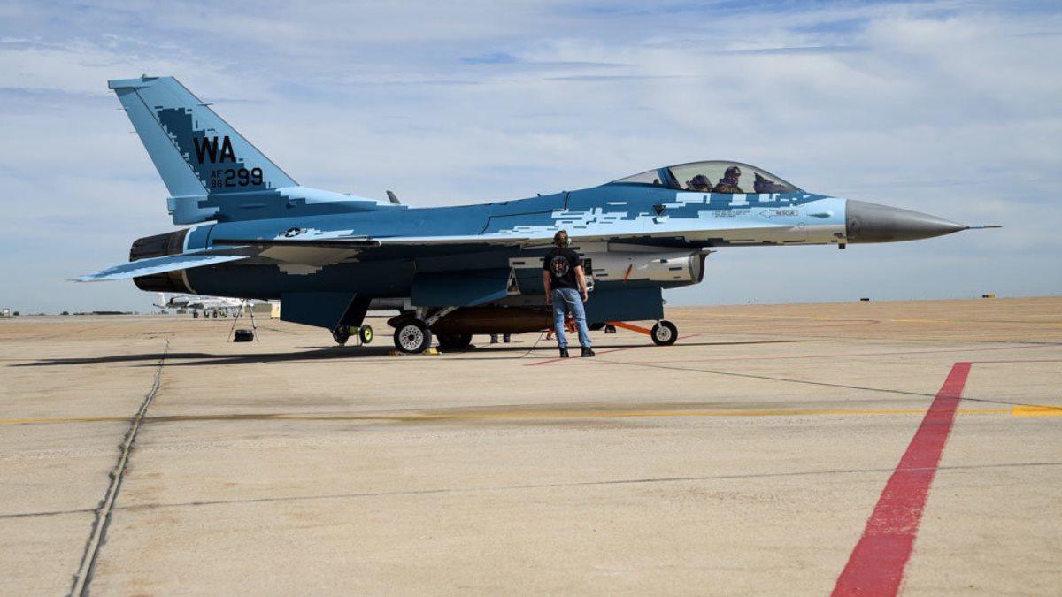 Истребитель F-16 Fighting Falcon в окраске российских Су-57