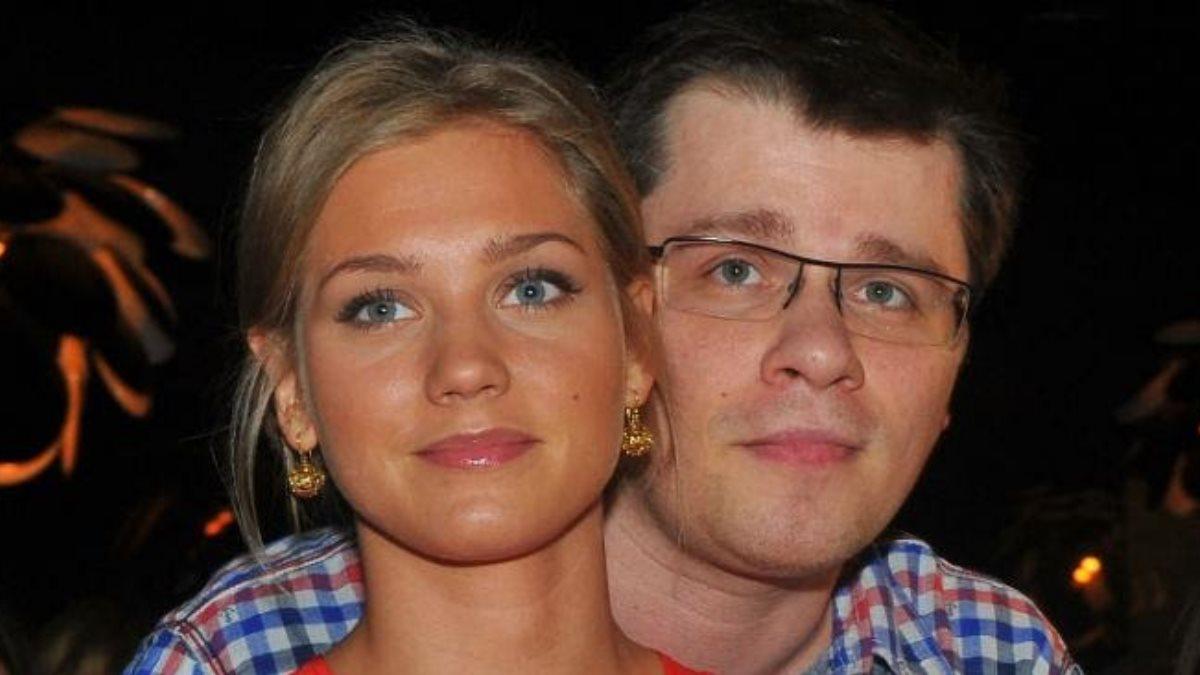 Кристина Асмус и Гарик Харламов тёмный фон