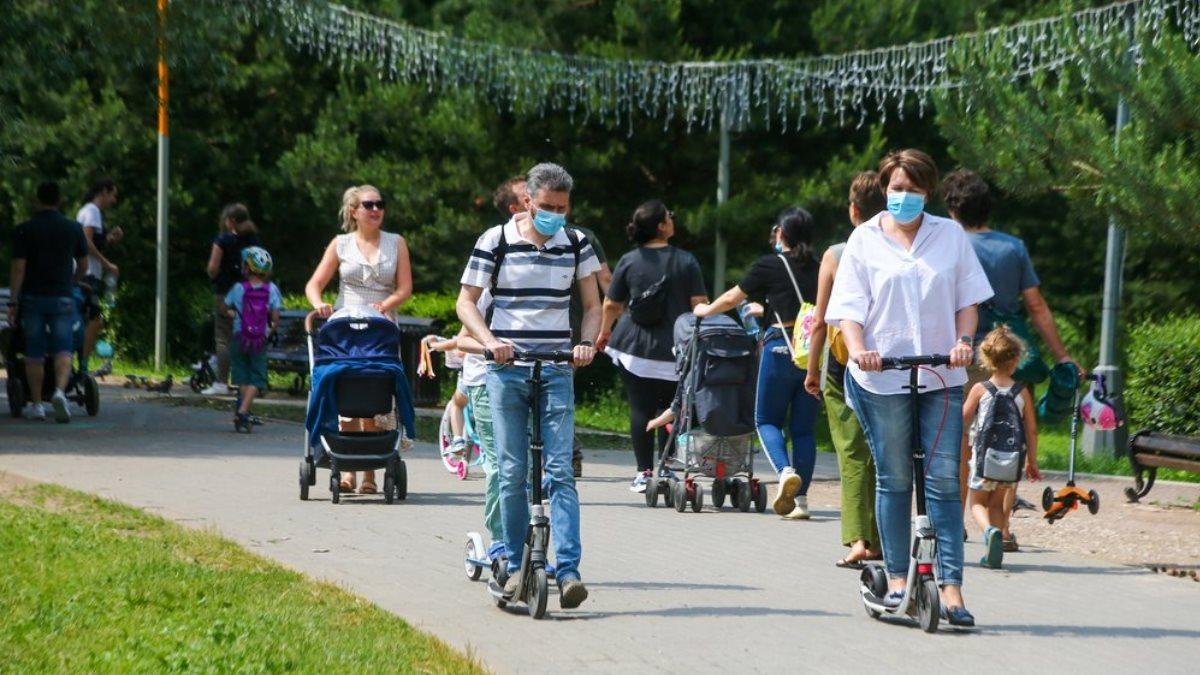 Тёплая погода коронавирус люди в парке