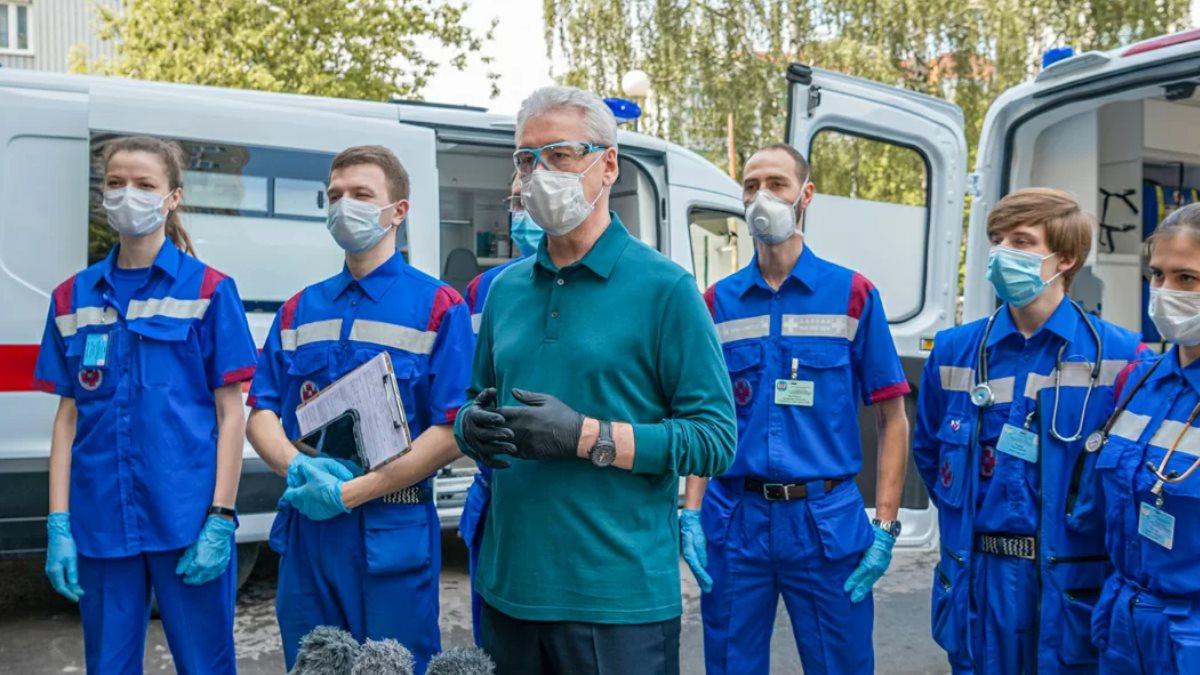Сергей Собянин и медработники два